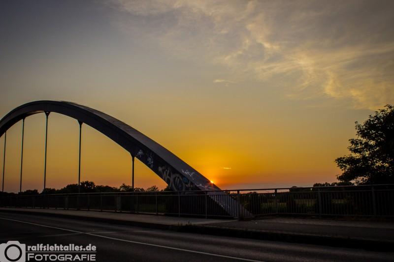 Sonnenuntergang an der Kanalbrücke