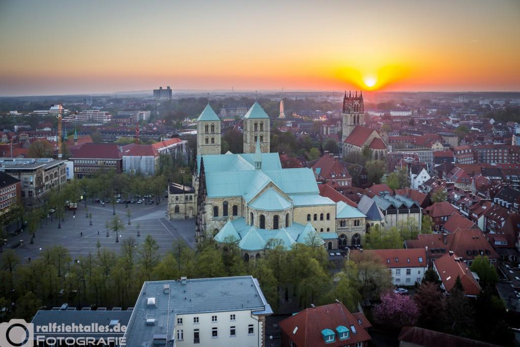 Sonnenuntergang mit Blick zum Paulus-Dom.