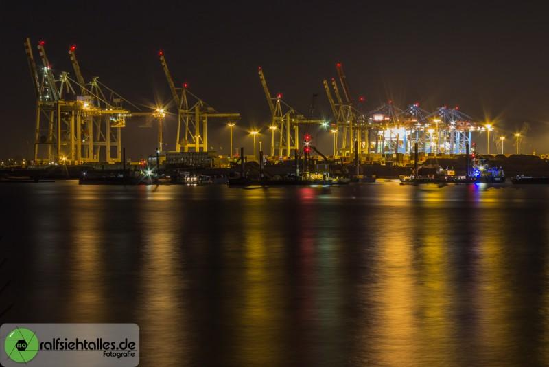 nächtliche Hafenkräne im Hafen von Hamburg