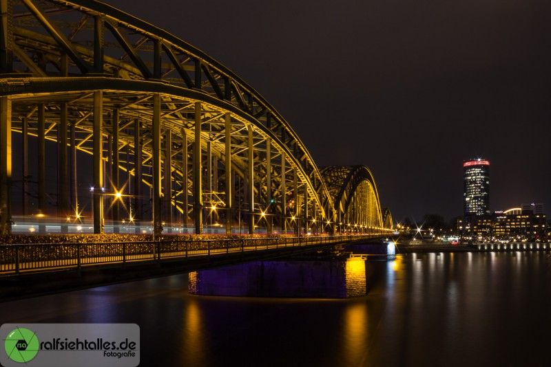 Die Hohenzollerbrücke führt über den Rhein.