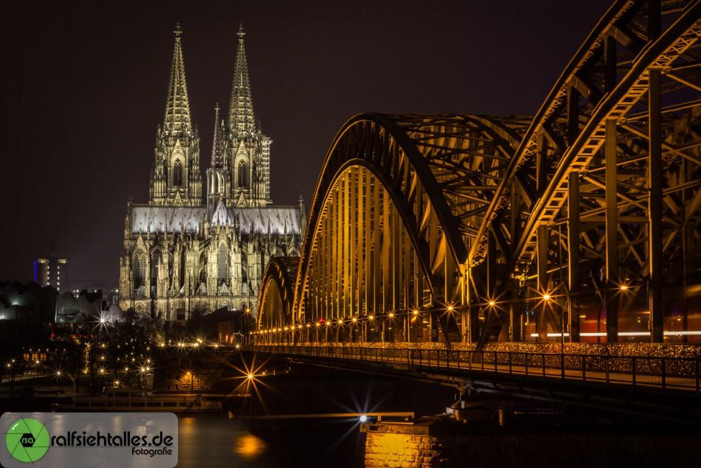Hohenzollernbrücke mit dem Kölner Dom im Hintergrund