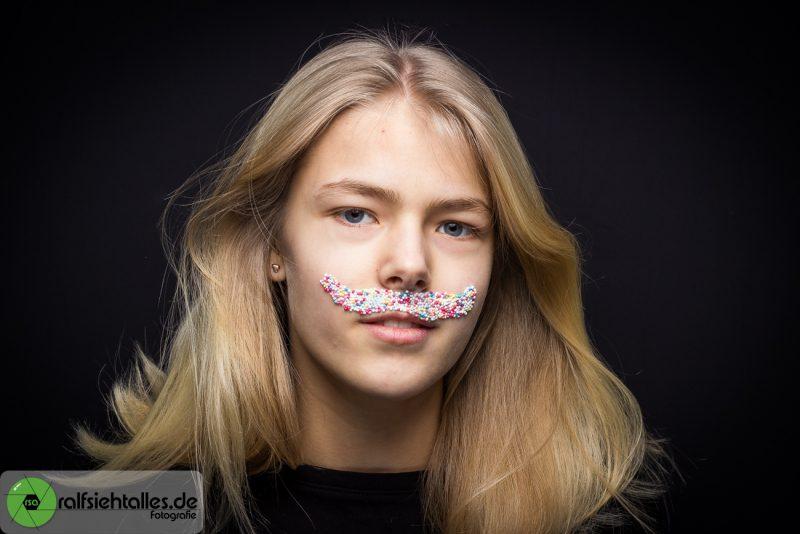 Ein luster Oberlippen-Bart aus Zuckerperlen