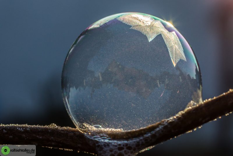 erste Kristalle bilden sich auf der Seifenblase