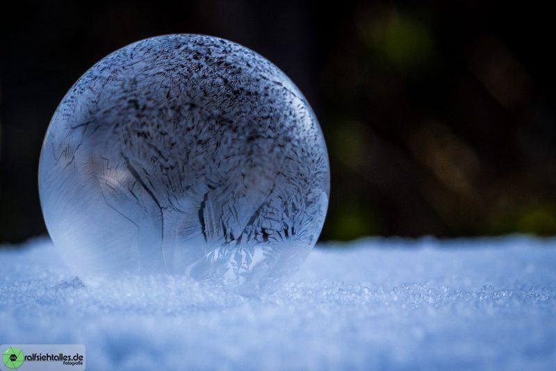 gefrorene Seifenblasen auf Schnee sehen richtig gut aus