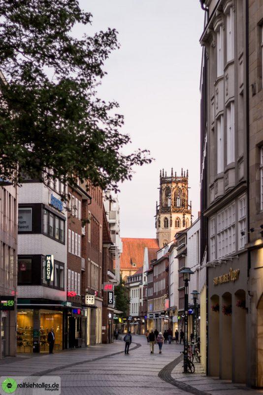 Blick durch eine Einkaufsstraße .