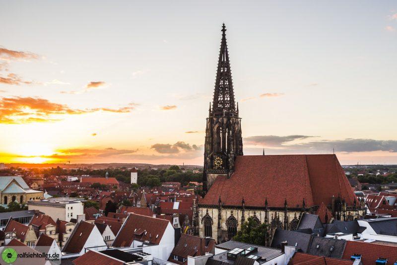 Die Lambertikirche im Sonnenuntergang