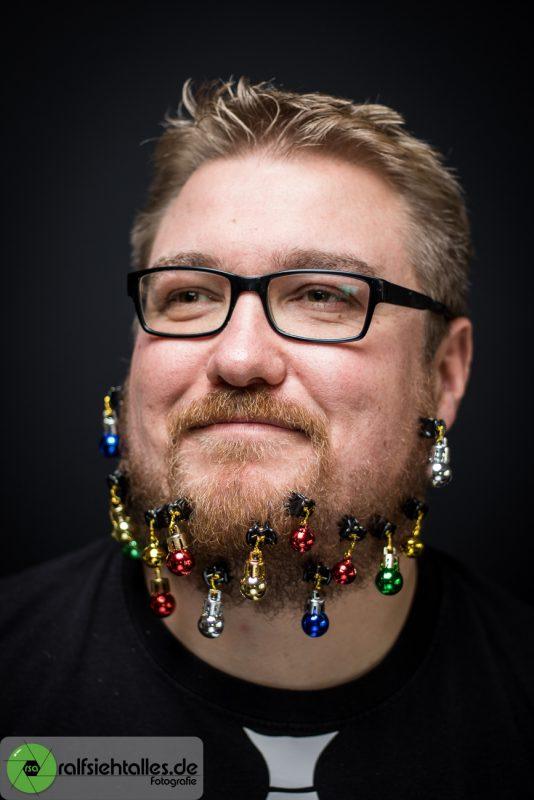 Tim mit Weihnachtskugeln im Bart