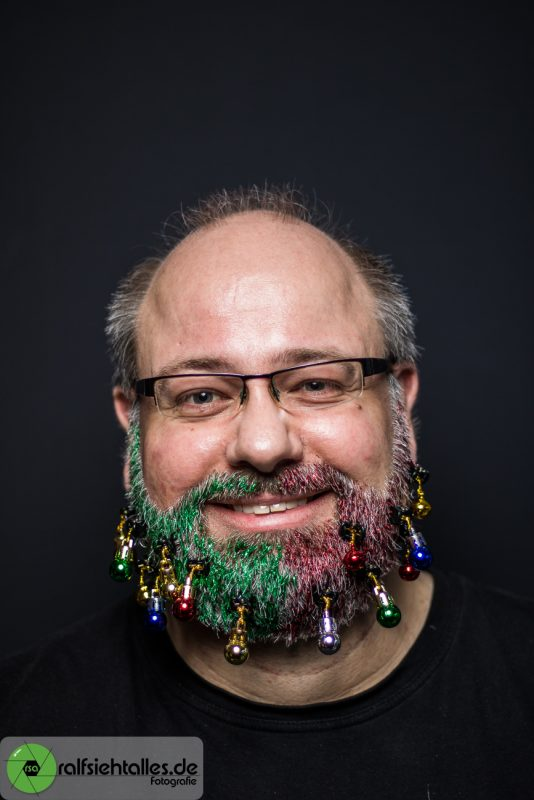 Ralf beim Weihnachtsshooting mit Glitzerbart und Bartkugeln