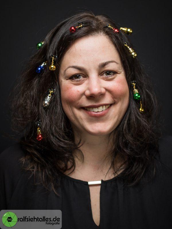 Simone mit Weihnachtskugeln im Haar