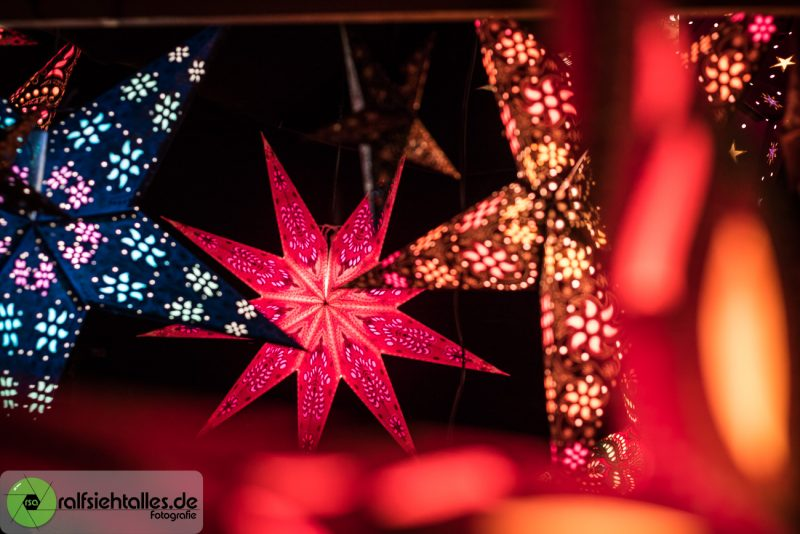 leuchtende Weihnachtssterne auf dem Weihnachtsmarkt in Münster