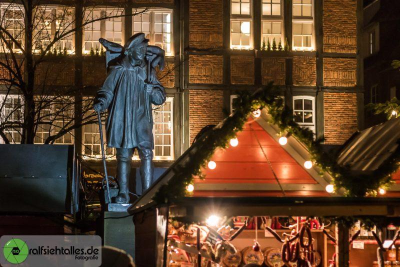 Der Kiepenkerl im Treiben des Weihnachtsmarkt Münster
