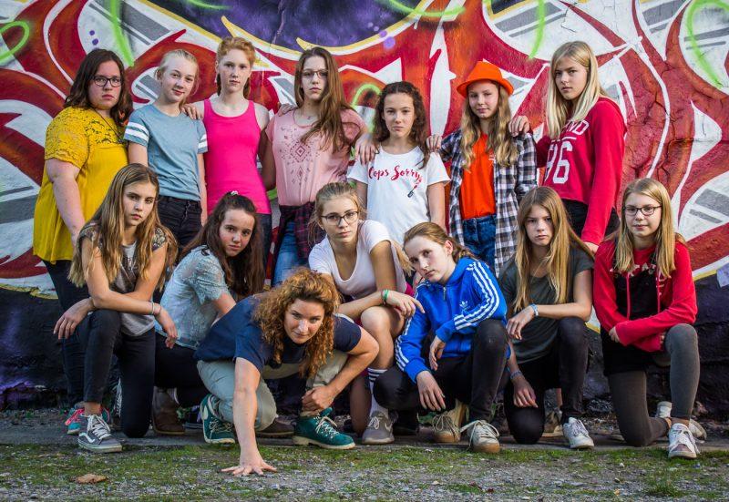 Die Beat Sisters vor einem Grafity