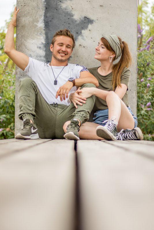 Melissa und Falko chillen auf einer Bank